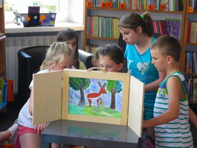 dzieci czytają i przedstawiają swoje karty kamishiabi