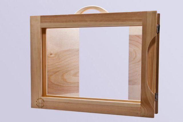 tył drewnianego teatrzyku kamishibai - dwudrzwiowego