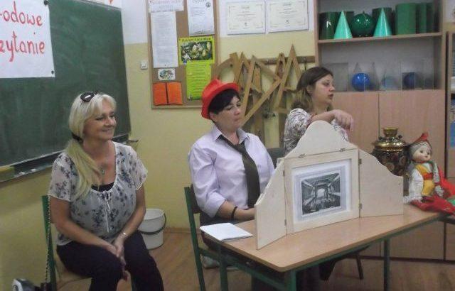 narodowe czytanie Lalki Prusa z użyciem papierowego teatru - zdjęcie z akcji